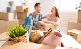 Paare, die auf neue Wohnung sich bewegen lizenzfreies stockfoto