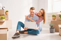 Paare, die auf neue Wohnung sich bewegen lizenzfreie stockfotos