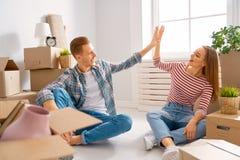 Paare, die auf neue Wohnung sich bewegen stockbild