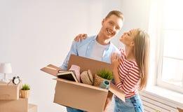 Paare, die auf neues Haus sich bewegen stockfotografie