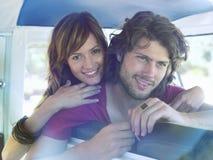 Paare, die auf Seat von Van sich lehnen Lizenzfreie Stockfotos