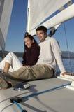 Paare, die auf Segelboot sich entspannen Lizenzfreie Stockfotografie