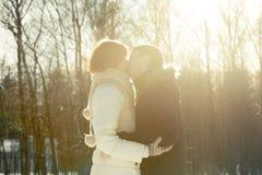 Paare, die auf Sonnenlicht backgroung im Park küssen Stockbild