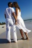 Paare, die auf Strand küssen Stockfotografie