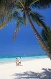 Paare, die auf Strand, Mauritius-Insel gehen Lizenzfreie Stockfotografie