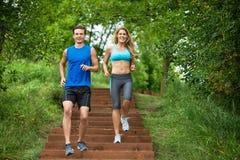 Paare, die auf Treppenhaus rütteln Lizenzfreie Stockfotos