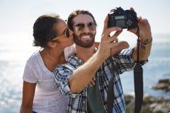 Paare, die auf vaction aufwerfen Lizenzfreies Stockfoto