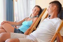 Paare, die auf Wagenaufenthaltsräume im Hotel stützen Lizenzfreie Stockfotos
