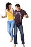 Paare, die aufgeregt springen lizenzfreie stockfotos