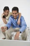 Paare, die Auftrag am Handy vergeben stockfoto