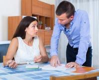 Paare, die am Bankauszug streiten lizenzfreies stockfoto
