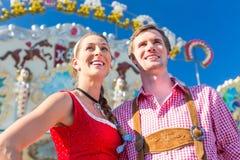 Paare, die bayerisches angemessenes besuchen, Spaß habend Lizenzfreie Stockfotografie