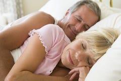 Paare, die beim Bettschlafen liegen Stockbilder