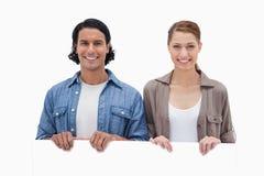 Paare, die über leerer Wand schauen Lizenzfreie Stockfotografie