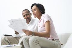 Paare, die über Rechnungen sprechen Stockbild