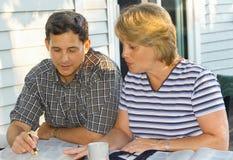 Paare, die Bibelstudie durchführen Stockfoto