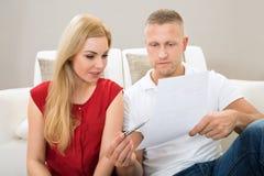 Paare, die Bill betrachten Lizenzfreies Stockbild