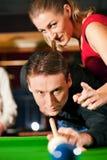 Paare, die Billiarde spielen Stockbilder