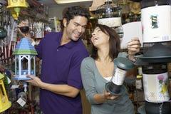 Paare, die Birdhouse vorwählen Stockfotografie