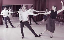 Paare, die Boogie-Woogie tanzen Lizenzfreie Stockfotos