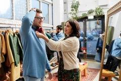 Paare, die bowtie am WeinleseBekleidungsgeschäft wählen Lizenzfreie Stockbilder