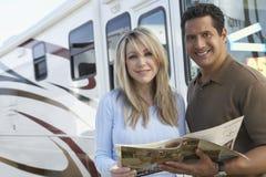 Paare, die Broschüre halten Lizenzfreies Stockfoto