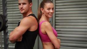 Paare, die an crossfit Turnhalle aufwerfen stock video footage