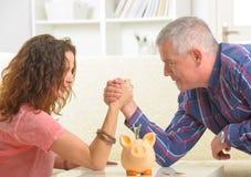 Paare, die das Armwrestling tun Lizenzfreie Stockfotos