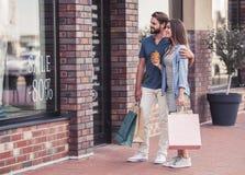 Paare, die das Einkaufen tun Lizenzfreie Stockbilder