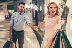 Paare, die das Einkaufen tun stockbild
