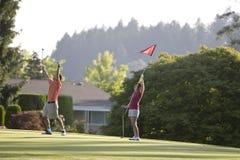 Paare, die das Golf - horizontal spielen Stockbilder