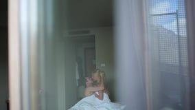 Paare, die das Lügen auf ihrem Bett umfassen stock footage