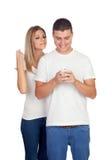 Paare, die das Mobile schauen Stockfotos
