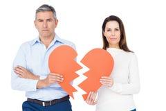 Paare, die defektes Herz halten Stockfoto