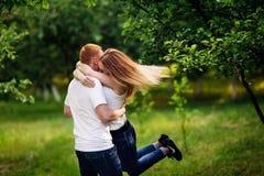 Paare, die in den Park gehen Stockbild