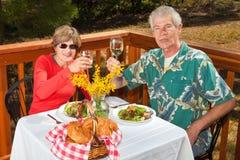 Paare, die den Projektor rösten Lizenzfreie Stockfotos