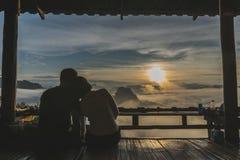 Paare, die den Sonnenaufgang überwachen bei Baan Jabo lizenzfreie stockfotos