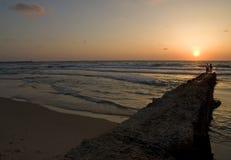 Paare, die den Sonnenuntergang überwachen Lizenzfreie Stockfotos