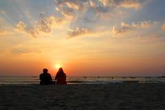 Paare, die den Sonnenuntergang überwachen Stockfotografie