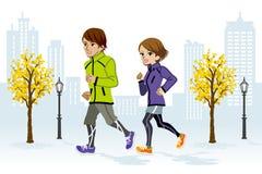 Paare, die in den städtischen Park laufen Stockfotos