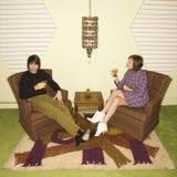 Paare, die in den Stühlen sich entspannen. Lizenzfreie Stockfotografie