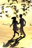 Paare, die in den Strand laufen lizenzfreie stockfotos