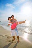 Paare, die den Strand weitermachen Stockfoto