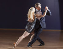 Paare, die den Tango tanzen Lizenzfreies Stockbild