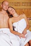 Paare, die in der Dampfsauna stillstehen stockfotos