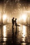 Paare, die an der Gasse in den Nachtleuchten gehen. Stockfotografie