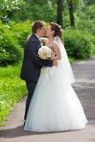 Paare, die in der Gasse küssen Lizenzfreies Stockfoto