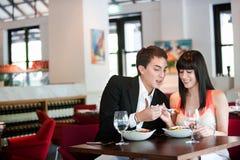 Paare, die in der Gaststätte speisen stockfotografie