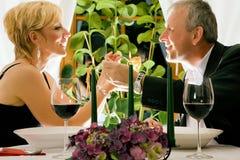 Paare, die in der Gaststätte zu Abend essen lizenzfreies stockfoto