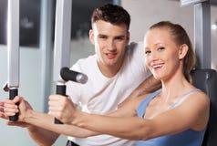 Paare, die an der Gymnastik trainieren lizenzfreies stockfoto